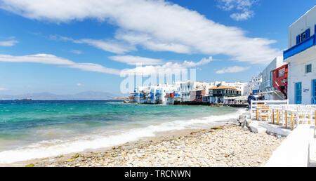 Mykonos Stadt, Griechenland - Mai 2019: Blick auf Klein Venedig mit Blick auf den türkisblauen Wasser in der Stadt Mykonos, Griechenland. - Stockfoto