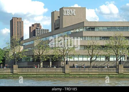 Konkrete brutalist Architecture & Logo von IBM Southbank Gebäude Menschen auf Riverside Damm im Frühjahr von der Themse London England UK gesehen - Stockfoto