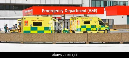 London Rettungswagen Sanitäter sorgen für Bahre Patienten Lieferung an A&E Unfall healthcare Abteilung Gebäude an der NHS-Krankenhaus Lambeth UK - Stockfoto
