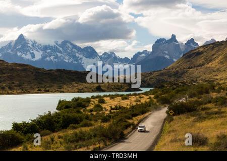 Einziges Auto Fahren auf unbefestigten Straße in Patagonien, Chile