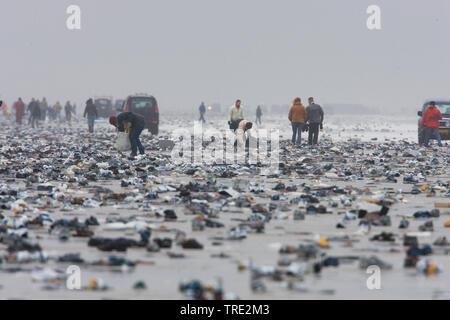 Menschen sammeln Cargo spill am Strand, 10.02.2006, Niederlande, Terschelling - Stockfoto