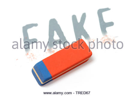 Schriftzug FAKE teilweise überdacht mit einem Gummi zeigt das Logo fo Facebook - Verpflichtung zu löschen - Stockfoto