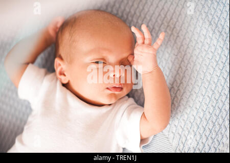 Cute baby boy Aufwachen im Bett ganz nah. Guten Morgen. Kindheit. - Stockfoto