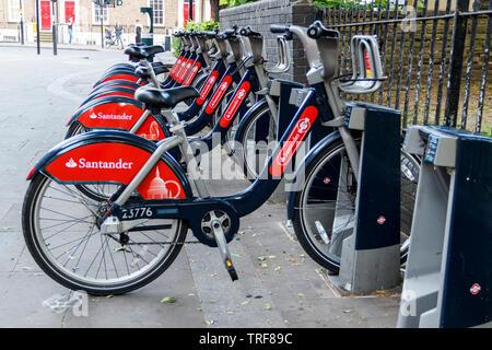 """Auch eine Reihe von Santander Leihfahrräder, als """"Boris Bikes', in Islington Green, London, UK - Stockfoto"""
