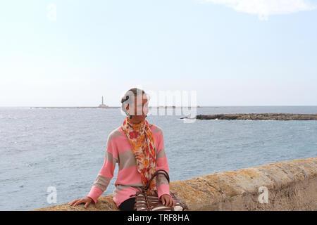 Schöne Mädchen für Bild in der Nähe des Hafens. Gallipoli, Salento, Italien - Stockfoto
