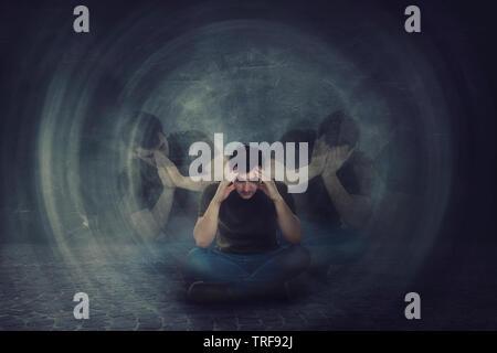Mann auf dem Boden sitzen, Hände, Kopf, Leiden split Emotionen in verschiedenen inneren Persönlichkeiten. Multipolare psychischen Störung. Schizophrenie psy - Stockfoto