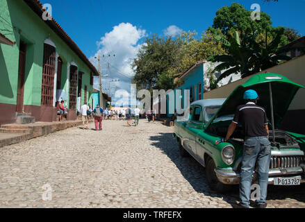 Klassische amerikanische Green Car, das repariert werden auf einem der gepflasterten Straßen in der alten Kolonialstadt Trinidad, Sancti Spiritus, Kuba, Karibik - Stockfoto
