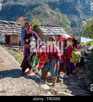 Glücklich lächelnde Frauen und Kinder nach oben klettern den steilen Pfad in dem Dorf Supi im Unterallgäu Himalaya im Norden Indiens zur Schule - Stockfoto