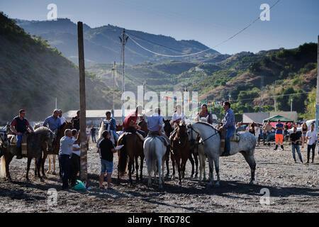 Traditionelle Pferd ribbon Racing beim Benamargosa Romeria. Horsemanship Wettbewerb statt entlang der trockenen Flussbett als Teil des Festivals - Stockfoto