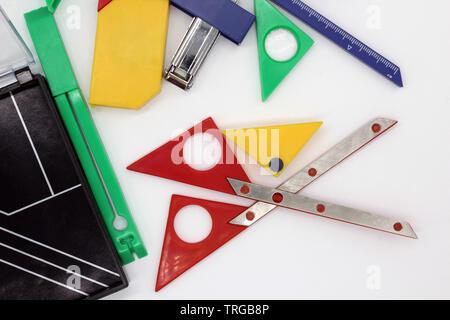 Schere, cutter Ando andere Schreibwaren Objekte, auf weißem Hintergrund - Stockfoto