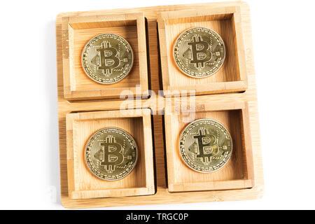 Mehrere bitcoin Goldmünzen im Inneren einige Hölzerne Schüsseln - Stockfoto