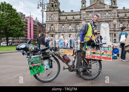 """Glasgow, Schottland, Großbritannien. 5. Juni 2019. Klima Demonstranten aus der Gruppe Aussterben Rebellion Raffung am Tag der Umwelt auf dem George Square ein 'die Bühne - in """"der amerikanische Präsident Donald Trump Staatsbesuch in Großbritannien zu widersetzen. Credit: Skully/Alamy leben Nachrichten - Stockfoto"""