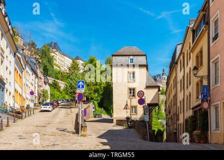 Bergauf und Bergab Straße in der Altstadt von Luxemburg Stadt Luxemburg auf sonniger Frühlingstag - Stockfoto