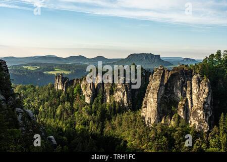 Blick auf Sandstein Felsen und Berge bei Sonnenaufgang in der Sächsischen Schweiz, Deutschland - Stockfoto