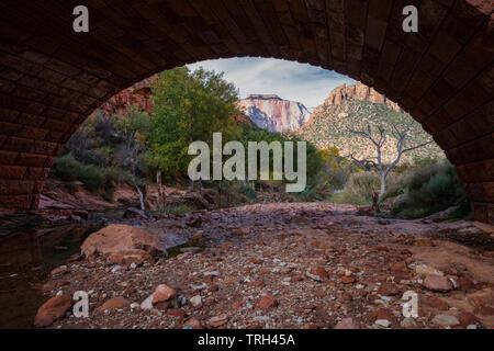 Blick auf den Westen Tempel unter einer gewölbten Brücke gerahmt, Zion National Park, Utah - Stockfoto