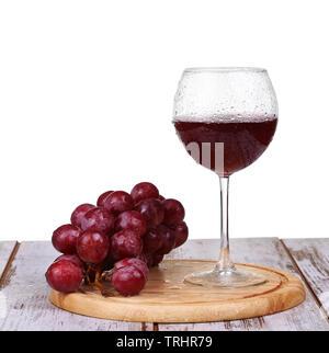 Wein Gießen in Glas mit Trauben und Flaschen isoliert - Stockfoto