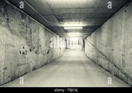 Leer, Tunnel wie Downhill Rampe einer Tiefgarage. Schwarz/Weiß-Bild - Stockfoto