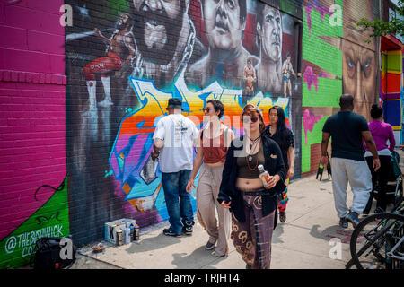 Tausende strömen in Bushwick, Brooklyn in New York für die jährliche Bushwick kollektive Block Party am Samstag, 1. Juni 2019. Musik und Party brachte einige, aber die eigentliche Attraktion war das neue Graffiti Wandmalereien von 'Künstler', die die Wände der Gebäude, die die Kollektive verwendet dekorieren. (© Richard B. Levine) - Stockfoto