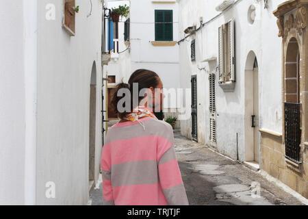 Schöne Mädchen zu Fuß in Gallipoli Dorf auf der Halbinsel Salento, Italien - Stockfoto