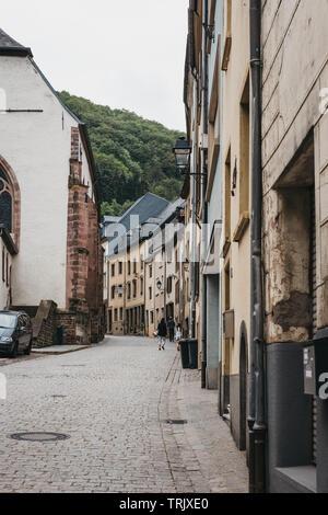 Vianden, Luxemburg - 18. Mai 2019: Menschen zu Fuß auf einer Straße in Vianden, eine Stadt in Luxembourgs Ardennen für den Jahrhunderte alten Hügel V bekannt - Stockfoto