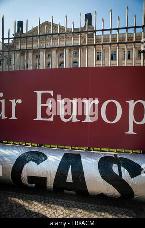 Demonstranten außerhalb der Deutsche Bundesrat in Berlin. Gegen den Import von USA Fracked Gas in Deutschland. Stockfoto