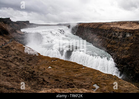 Ein Bild der Gulfoss Wasserfall in Island an einem bewölkten Tag nass kann. - Stockfoto