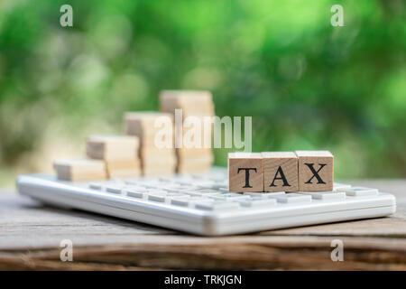 Die jährlichen Einnahmen (Steuern) auf Rechner Zahlen. Als Hintergrund Business Konzept und Finanzierung Konzept mit Kopie Platz für Ihren Text oder Design - Stockfoto