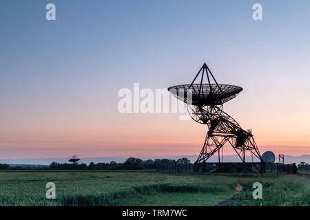 Stillgelegte Radio Sternwarte bei Sonnenuntergang in Cambridge, Großbritannien - Stockfoto