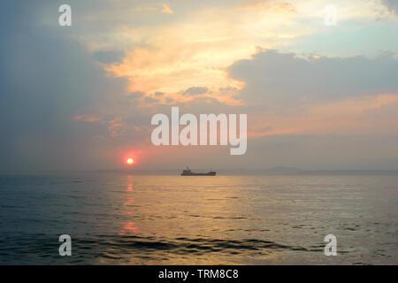 Schöne bewölkter Sonnenuntergang und das Meer Landschaft. Rosa und Gold farbigen Himmel am Abend. - Stockfoto