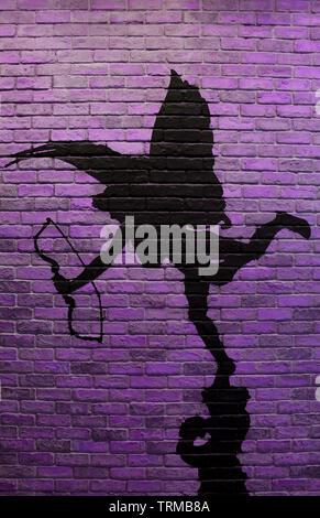 Vertikale Bild von Lila brick wall mit der Malerei von Cupid's Silhouette