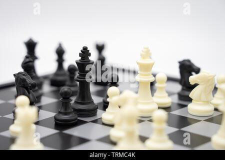 Schachbrett mit einer Schachfigur auf der Rückseite der Aushandlung im Geschäft. Als Hintergrund Business Konzept und Strategie Konzept mit kopieren. - Stockfoto