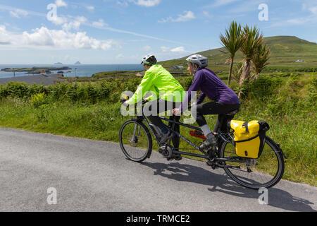 Senior Paar, ein Tandem Fahrrad, Valentia Island, County Kerry, Irland - Stockfoto