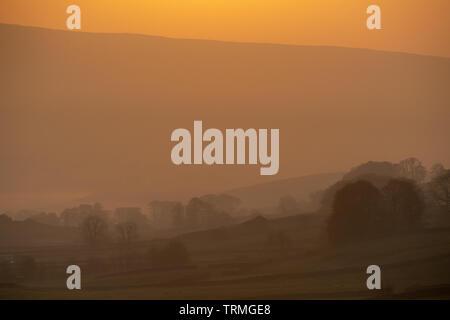 Sonnenaufgang im Frühling über Hawes in oberen Wensleydale, North Yorkshire, UK. - Stockfoto