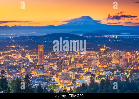 Portland, Oregon, USA Downtown Skyline mit Mt. Haube in der Morgendämmerung. - Stockfoto