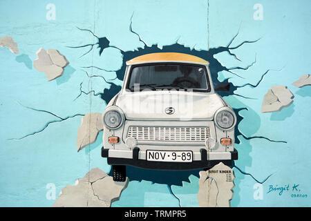 Die Arbeit von Birgit Kinder in East Side Gallery auf einem Teil der Berliner Mauer. - Stockfoto