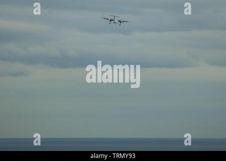 Toronto, Kanada - 10. November 2018: Propeller Flugzeug in Vorbereitung für die Landung unter Ontario See in Toronto, Kanada - Stockfoto