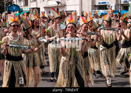 Berlin, Deutschland - Juni 2019: Leute an Karneval der Kulturen (Karneval der Kulturen) in Berlin durchführen - Stockfoto
