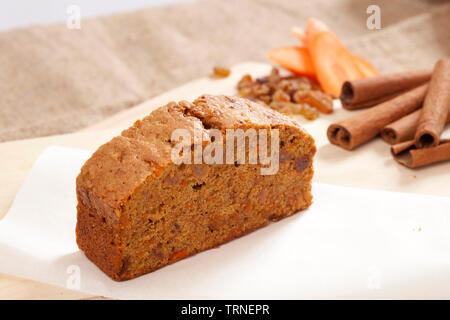 Stück Kuchen mit Karotte Zimt und Pecan - Stockfoto