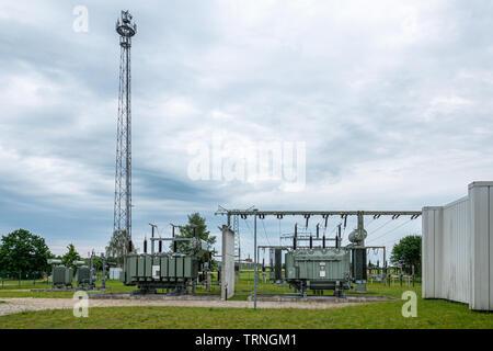 Ein Umspannwerk ist Teil des elektrischen Versorgungsnetzes eines Energieversorgungsunternehmens und dient der Verbindung unterschiedlicher Spannungse - Stockfoto