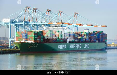 Zeebrugge, Belgien - 29 April 2019: China Reederei CSCL Mars Containerschiff auf die Übernahme der Ladung - Stockfoto