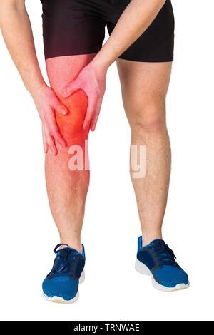 Nahaufnahme der kaukasischen Mann athletische Beine Gefühl Knieschmerzen aus Übung auf weißem Hintergrund. Sportler leiden Muskelkrämpfe. Sport Trauma - Stockfoto
