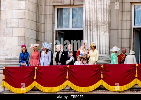 Die Königin und andere memebersThe königliche Familie auf dem Buckingham Palace Balkon nach der Trooping Der Farbe Zeremonie, London 2019 - Stockfoto
