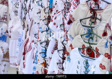 Ukrainische bestickte Hemden, nationalen Handgefertigte Kleidung. Traditionelle Bettwäsche Shirt mit aufgestickten Blumen und Ornamente an den lokalen Markt an der State Fair. - Stockfoto