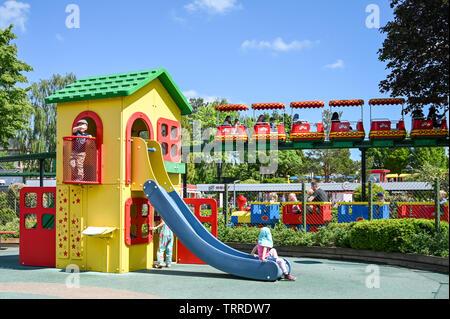 Spielplatz und der Monorail im Legoland in Billund, Dänemark. Dieses Family Theme Park wurde im Jahre 1968 eröffnet und ist von 65 Millionen Lego Steinen gebaut. - Stockfoto
