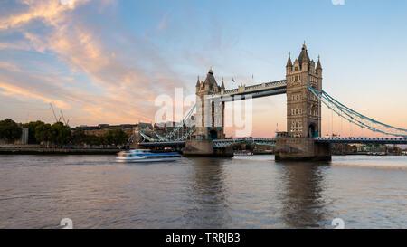 London, England, Großbritannien - 27 September 2018: Wolken über Londons ikonischen Tower Bridge Licht bei Sonnenuntergang. Stockfoto