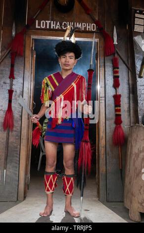 Hornbill Festival. Nagaland, Indien: 1. Dezember 2010: Junge Naga Tribal Mann von Lotha Gemeinschaft auf Hornbill Festival. - Stockfoto