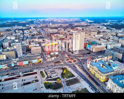 Warschau, Polen - 07 April 2019: schönes Panorama Luftbild Drohne Blick auf das Zentrum der Stadt Warschau in den Sonnenuntergang im Frühjahr