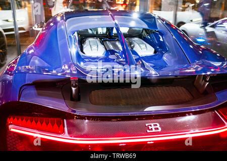 Bugatti Chiron Auto auf dem Display im Schaufenster, Nacht, Straßburg, Elsass, Frankreich, Europa, - Stockfoto