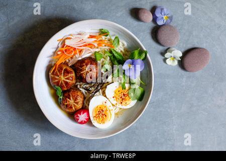 Japanische Miso Ramen mit gefüllte Champignons, Nudeln und Ei - Stockfoto