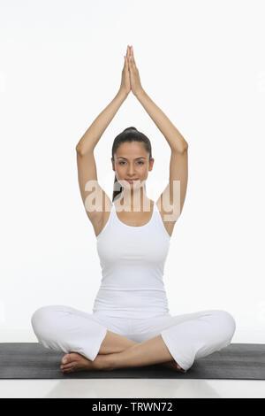 sportlich schöne junge frau yoga zu praktizieren machen